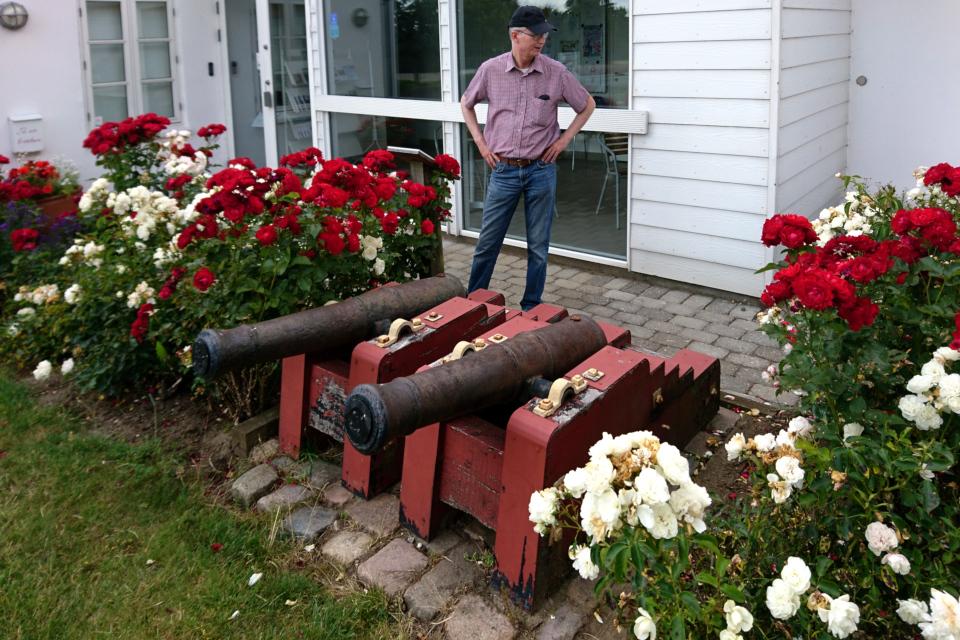 Настоящие пушки у входа в музей воссоединение с Северным Шлезвигом.