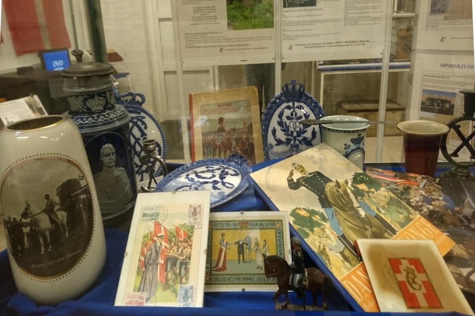 Обложка журнала и ваза, изображающие короля на белом коне