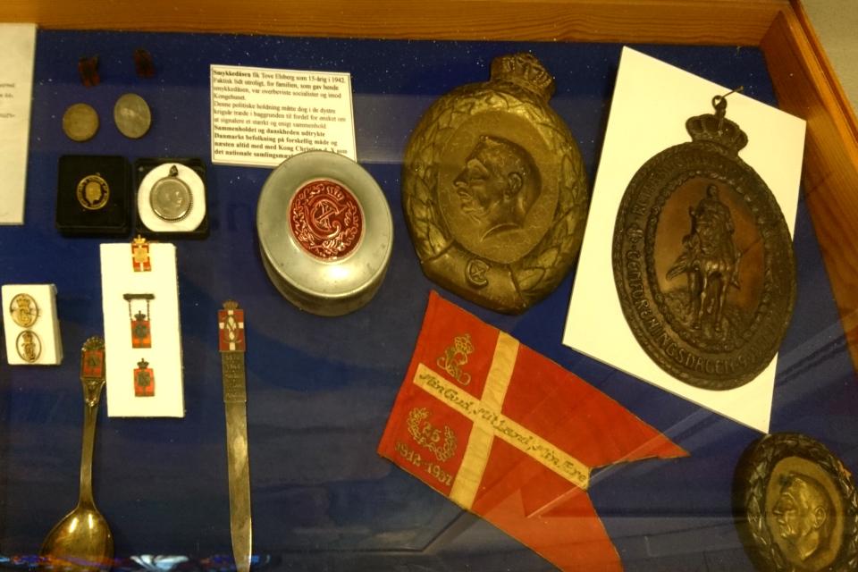Ложки, ножи, значки, табакерки и т.д. с монограммой и инициалами короля