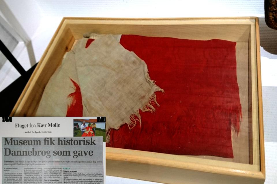 Флаг Даннеброг, который украшал двор возле мельницы Kær Mølle