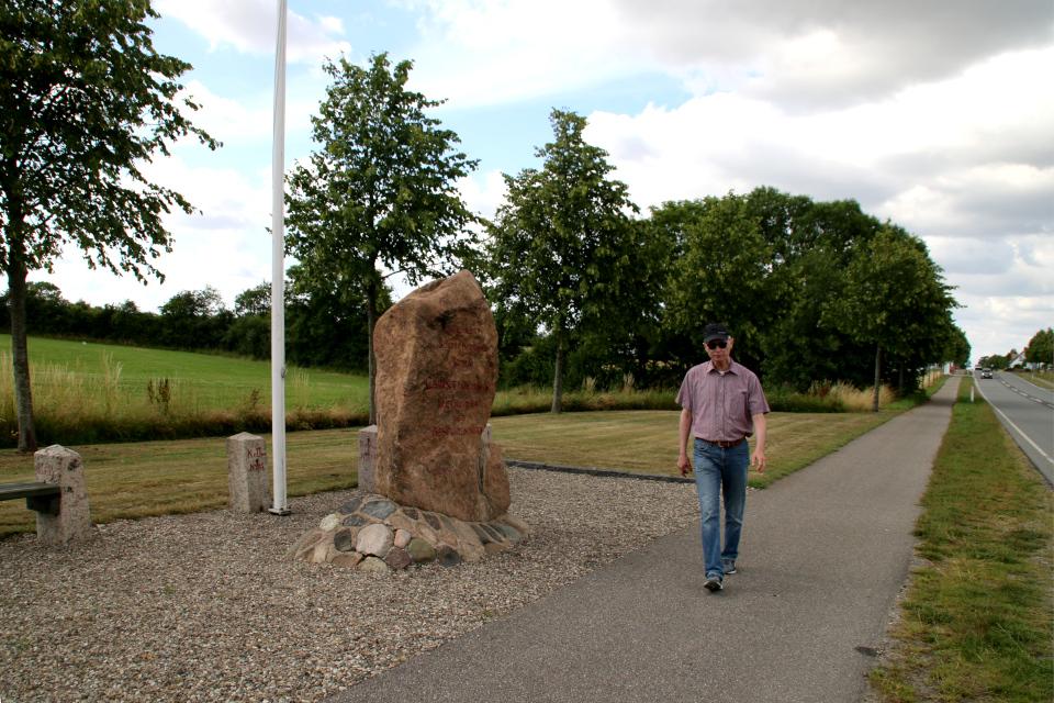 Мемориальный камень возле места бывшей границы