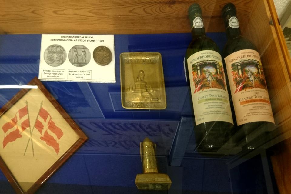 Бутылки вина с изображением короля, 1973 и 19783 годов (справа