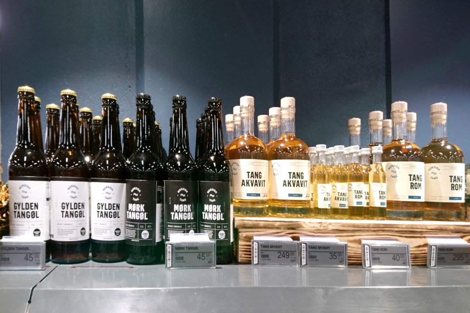 Пиво, водка, виски с водорослями на прилавке супермаркета, Дания