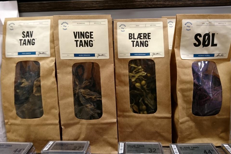 Сухие морские водоросли в упаковках в супермаркете, Дания