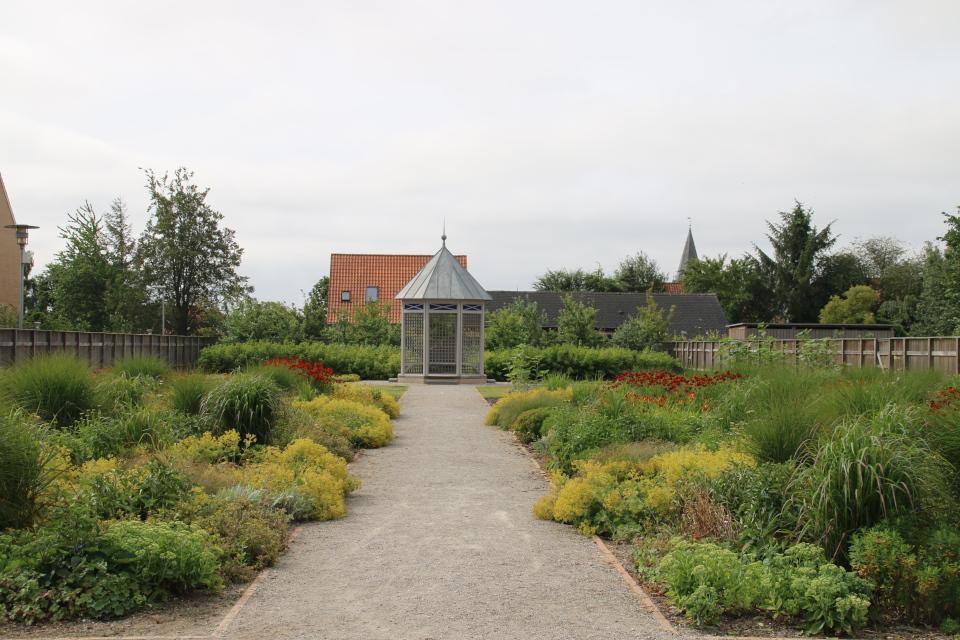 Вид на беседку в саду Коменского, Кристиансфельд, Дания