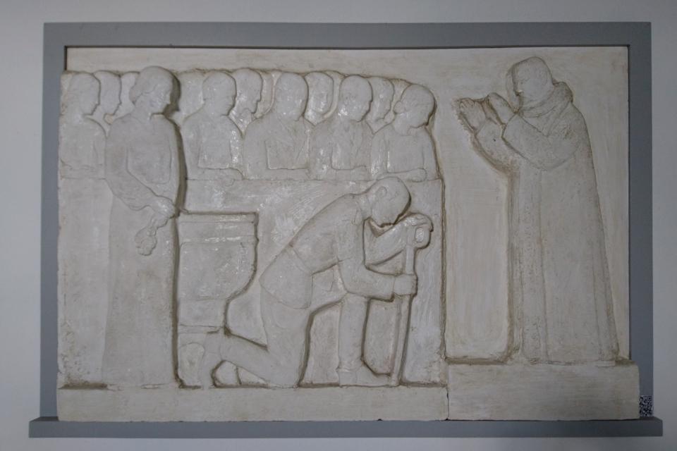 Плита с изображением короля Кристиана Х, королевы Александрины и священника