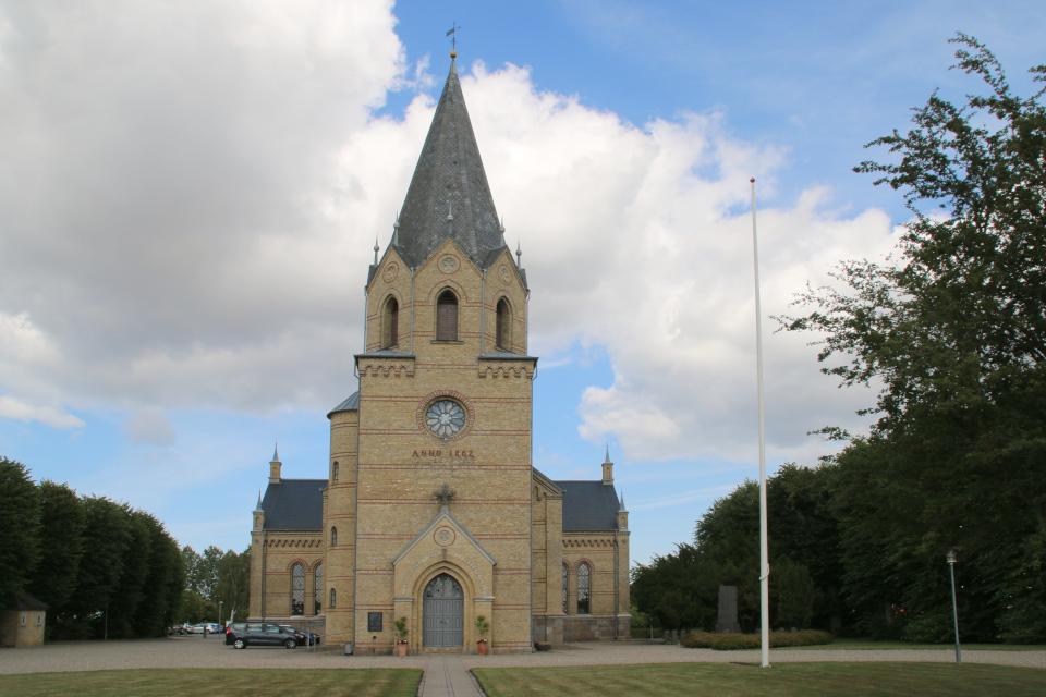 Вид на церковь Тюструп со стороны центрального входа с башней, Кристиансфельд