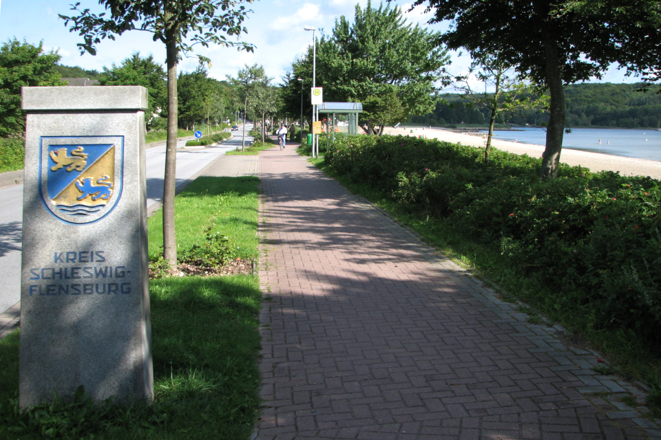 Каменный столб в гербом земли Шлезвиг-Гольштейн