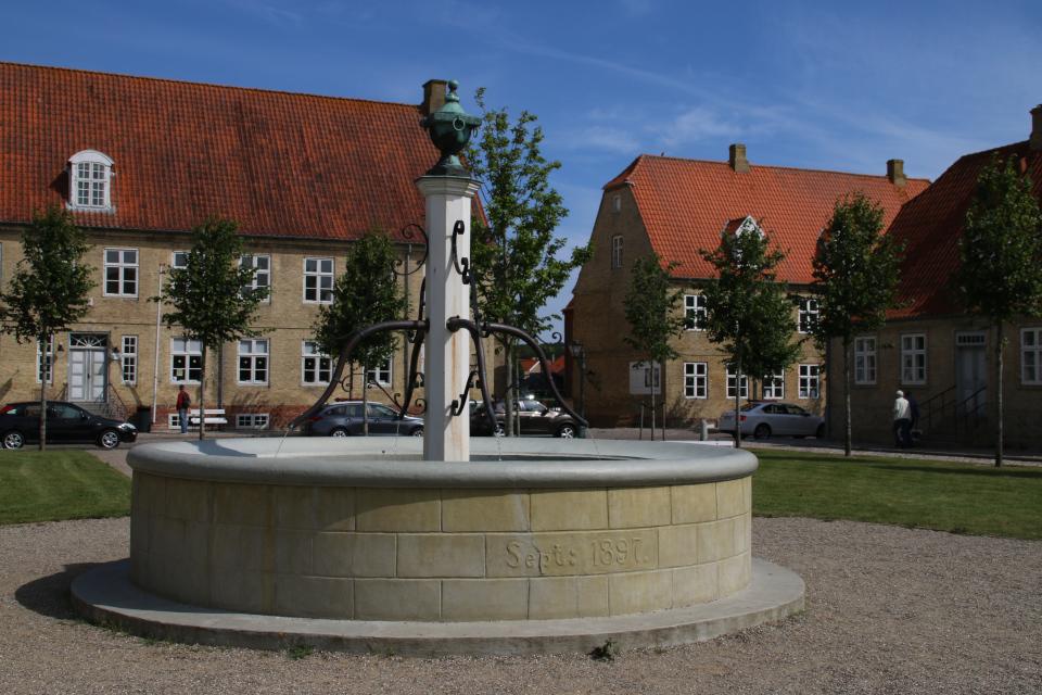 Фонтан-колодец на центральной площади, г. Кристиансфельд / Christiansfeld, Дания