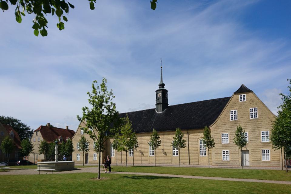 Церковь (salshuset) на центральной площади, Кристиансфельд / Christiansfeld, Дания