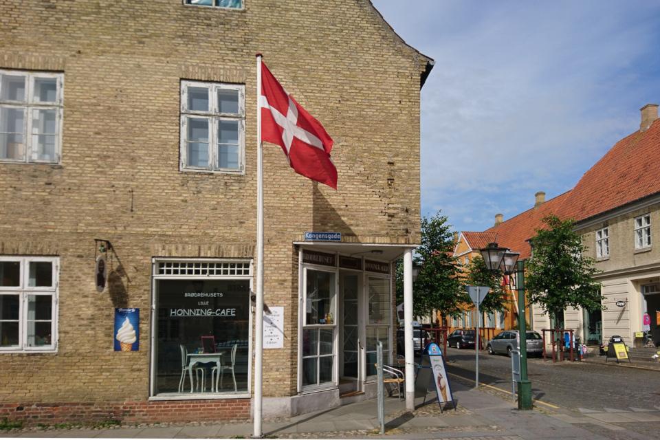 Кафе с магазином на улице Kongensgade, г. Кристиансфельд / Christiansfeld, Дания