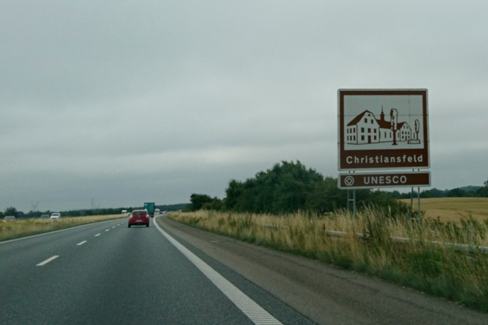 коричневая туристическая таблица недалеко от г. Кристиансфельд, Дания