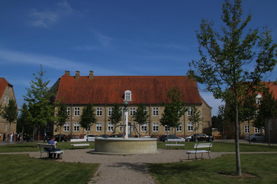 Бывший дом Сестер (Søstrehuset) на центральной площади, Кристиансфельд, Дания