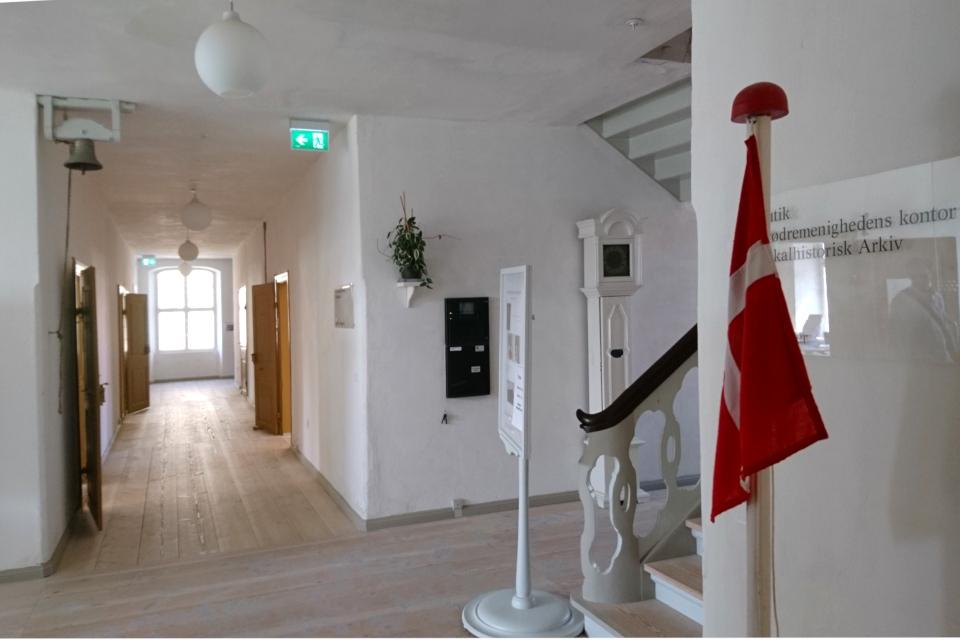 У входа в архив в бывшем доме Сестер, г. Кристиансфельд / Christiansfeld, Дания