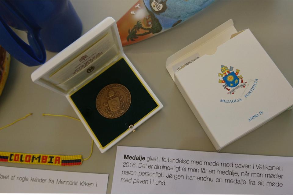 Медаль, полученная от Папа Римского - главы католической церкви и Ватикана.
