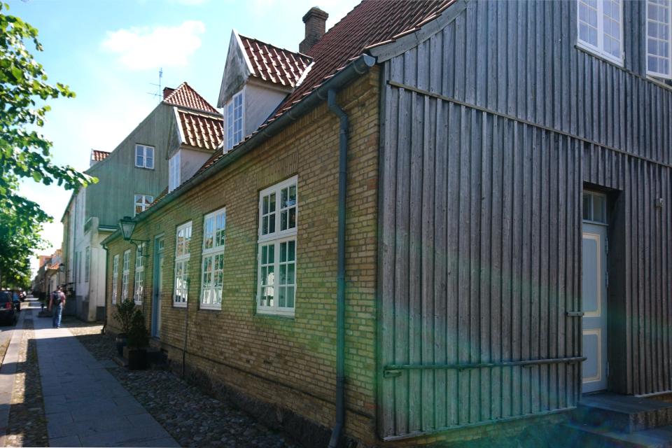 Дом с боковой стеной из дерева, г. Кристиансфельд / Christiansfeld, Дания