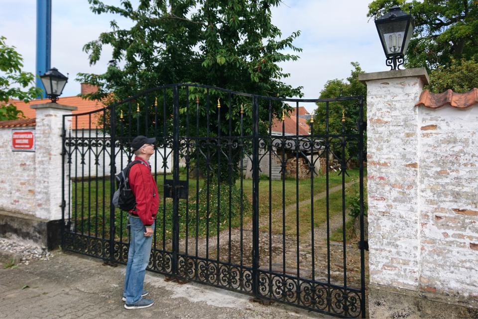 За забором расположена фабрика по производству каминов, Кристиансфельд, Дания