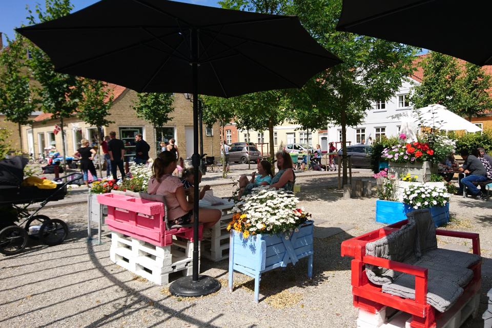 Примитивные клумбы и скамейки из поддонов, г. Кристиансфельд, Дания