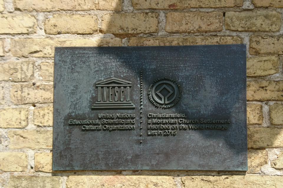 Таблица Юнеско на стене здания, Кристиансфельд / Christiansfeld, Дания