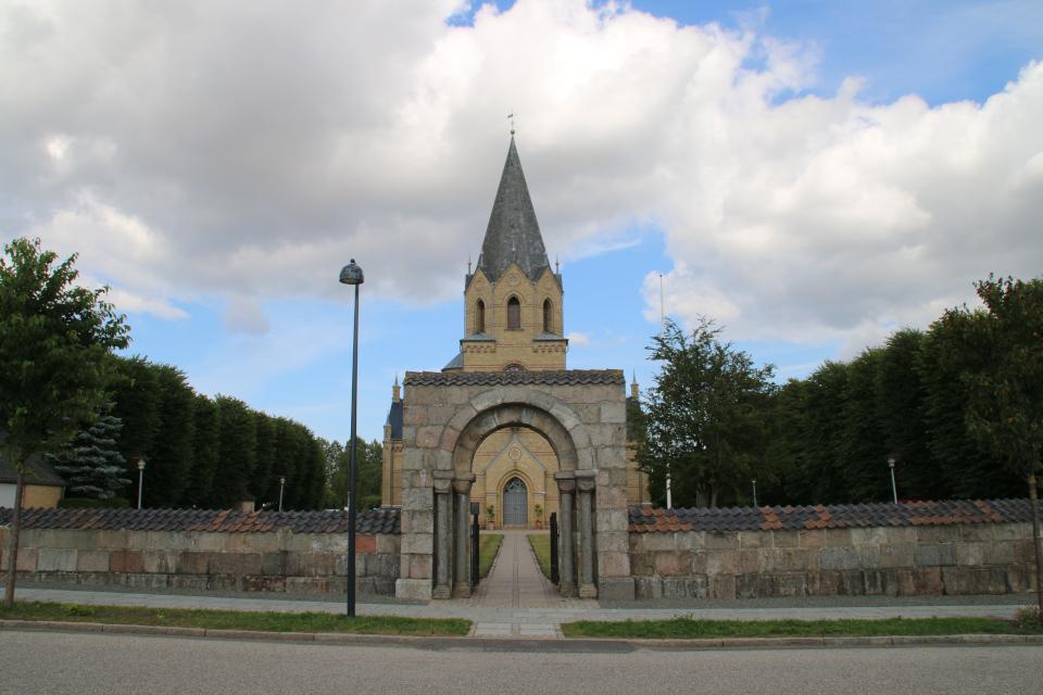 Тюструп церковь со стороны улицы Haderselevvej, Кристиансфельд, Дания