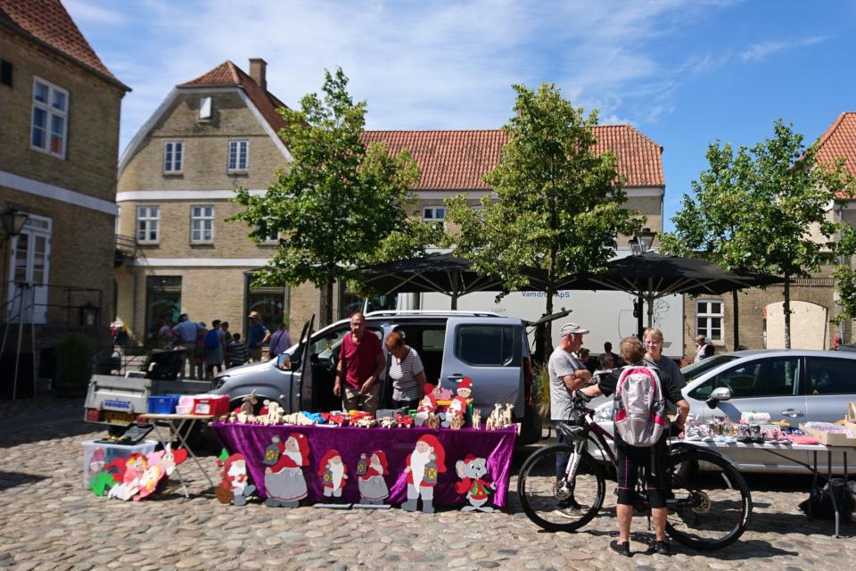 Блошиный рынок на площади около гостиницы, г. Кристиансфельд , Дания