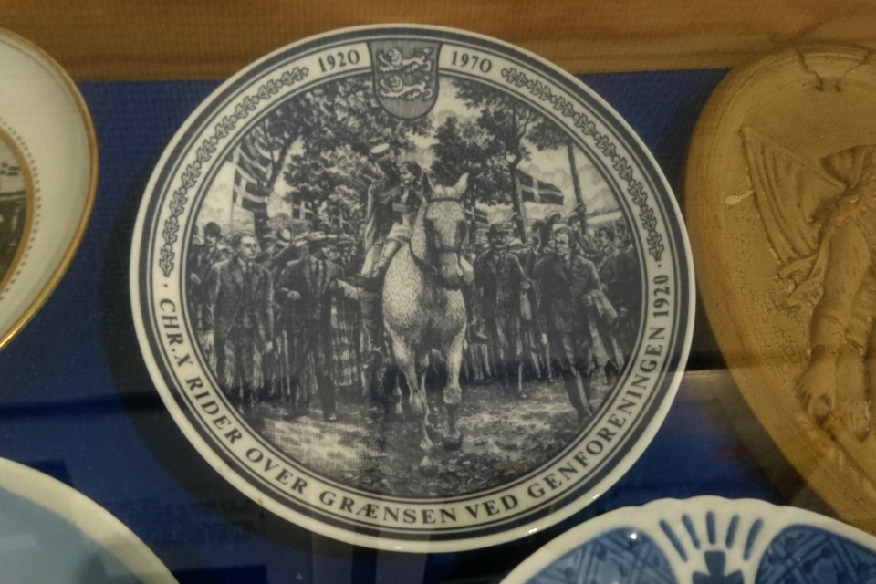 Тарелка с изображением короля Кристиан Х на белом коне
