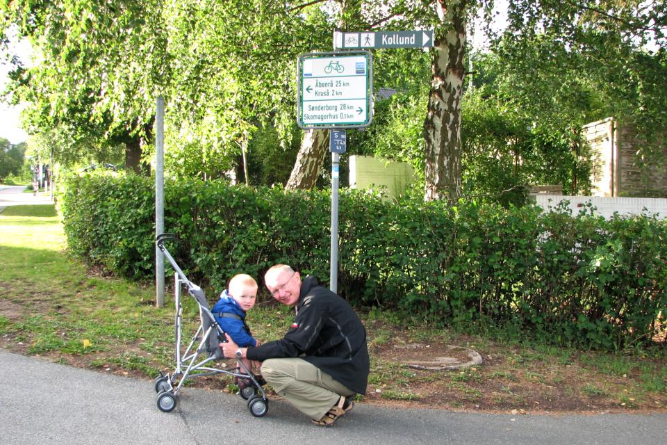 Указатель направления в датские города в 0,5 км от мостика (Skomagerhus)