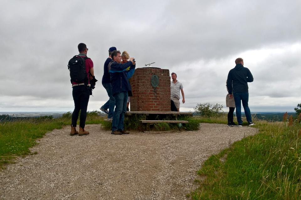 Географический указатель со стрелкой на вершине геодезического монумента,Дания
