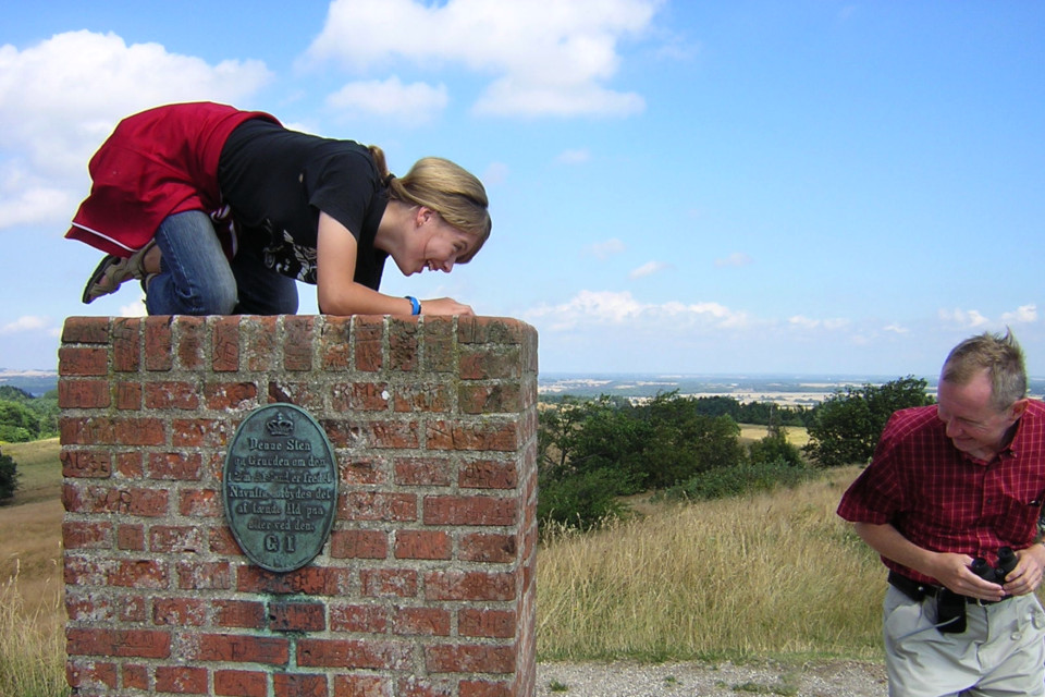 Табличка на геодезическом монументе холма Агри Бавнехой, Дания
