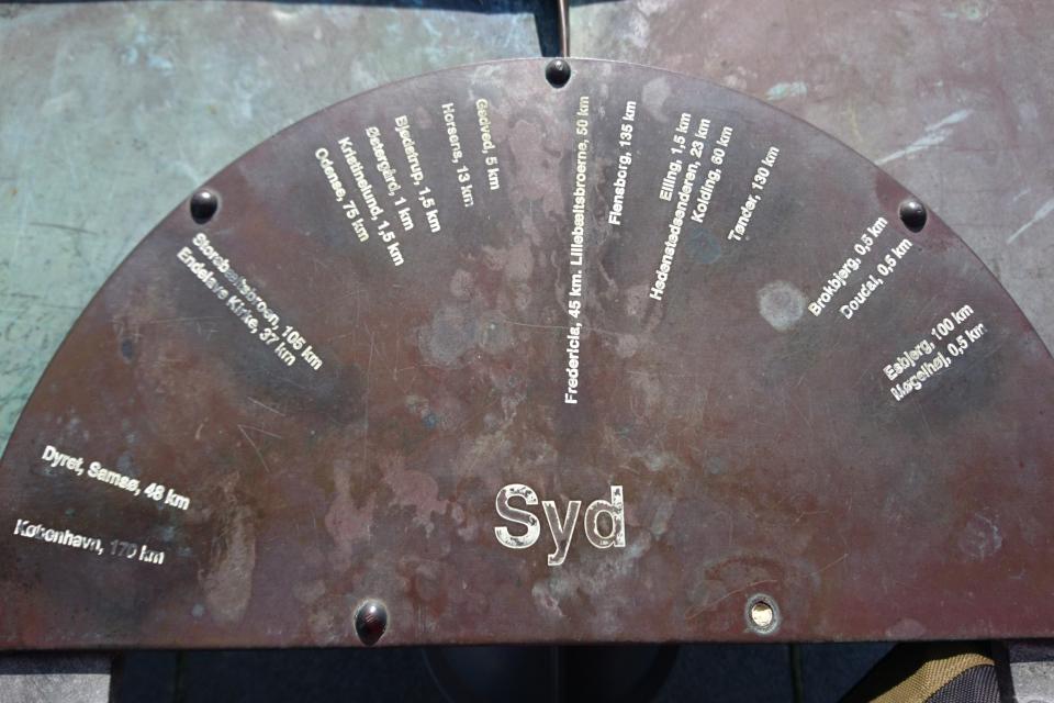 Южное направление. Указатель на смотровой площадке башни Айер-Бавнехой