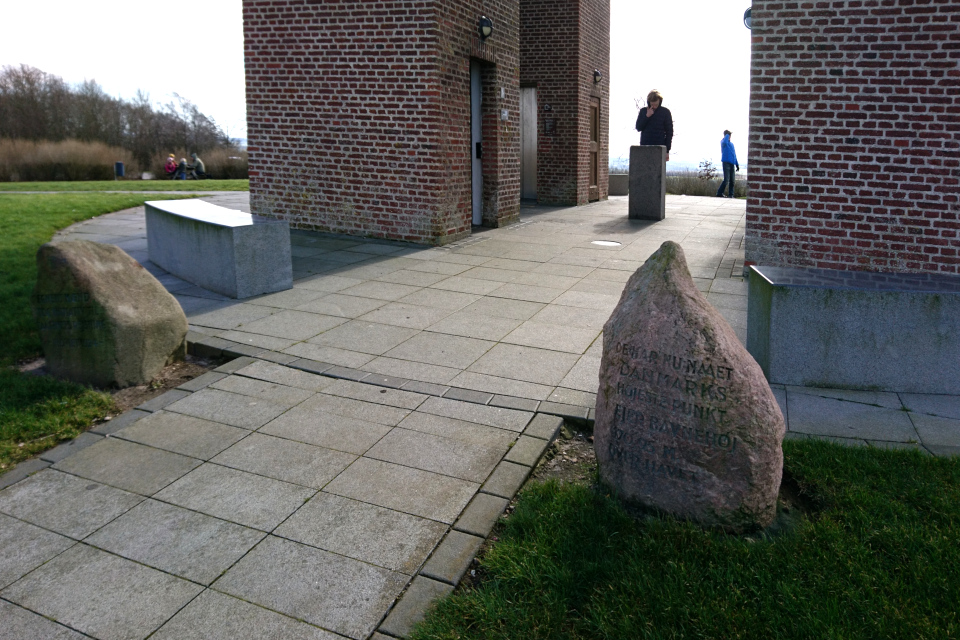 Камни у входа к башни. Фото 14 мар. 2020, Айер-Бавнехой / Ejer Bavnehøj, Дания