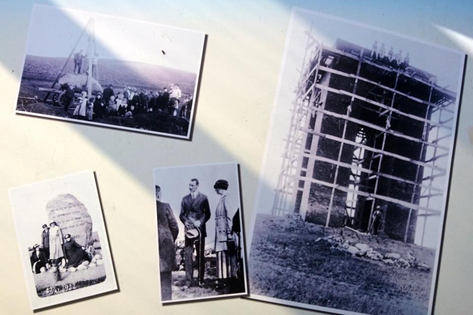 Старые фотографии на плакате музея. Айер-Бавнехой / Ejer Bavnehøj, Дания