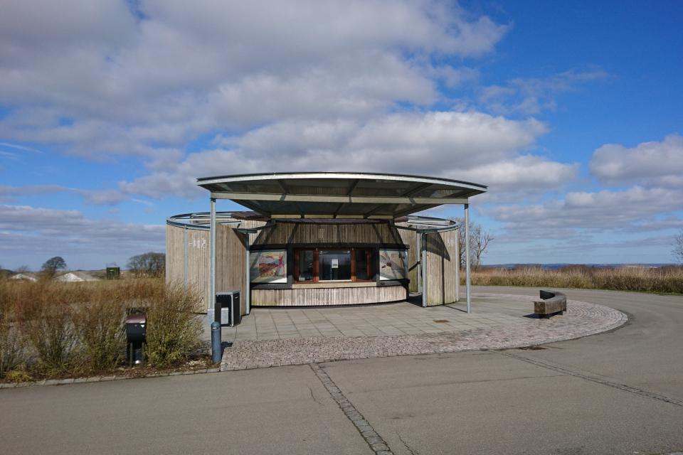 музей с киоском и туалетом напротив башни Айер-Бавнехой / Ejer Bavnehøj, Дания