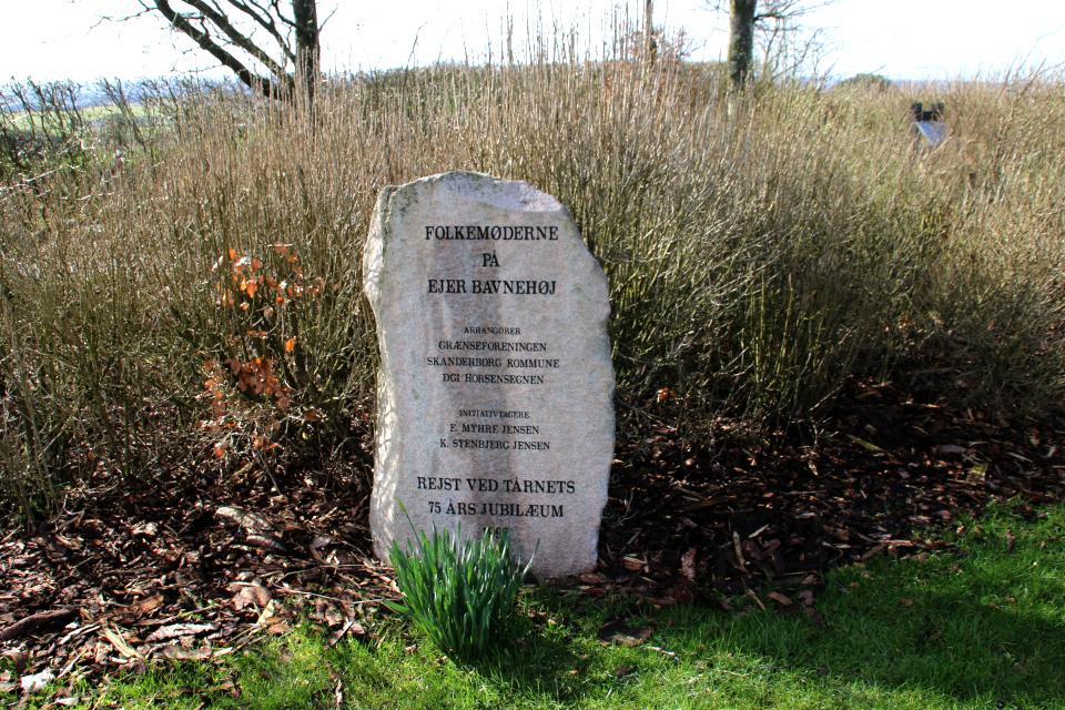 Камень с надписью возле сказочного лесочка. Айер-Бавнехой / Ejer Bavnehøj, Дания