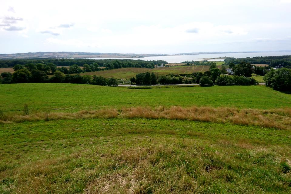 Вид с кургана в сторону полуострова с руинами старинного замка Калё / Kalø