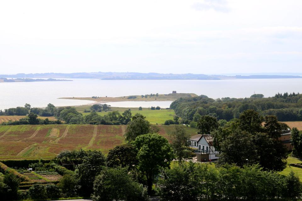 Полуострова с руинами старинного замка Калё / Kalø - вид с кургана, Дания