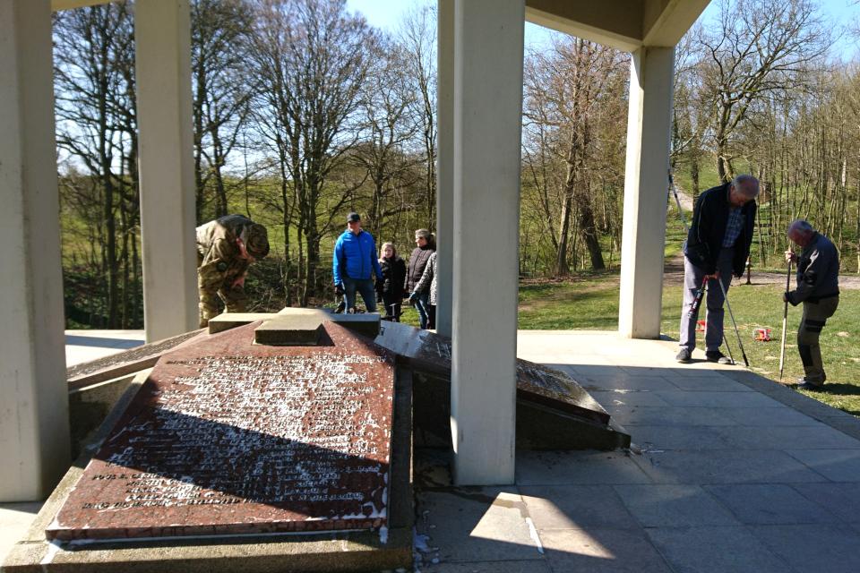 Добровольцы очищают мемориальный комплекс Клоккастаблен (Klokkestablen)