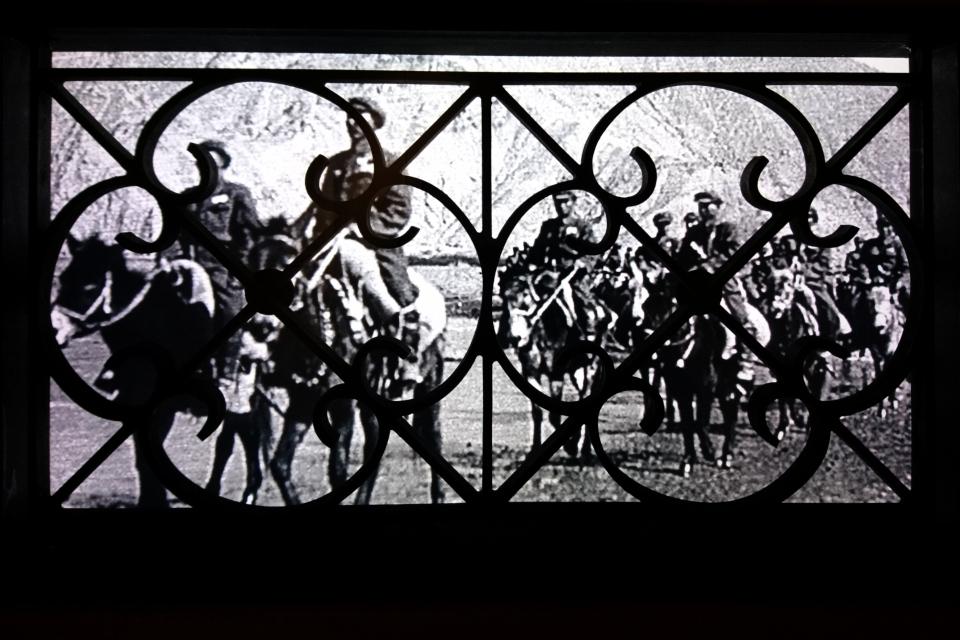 Военные на лошадях из Китая