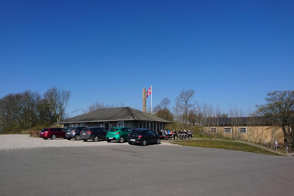 Музей Скамлингсбанкен, на заднем плане - ресторан