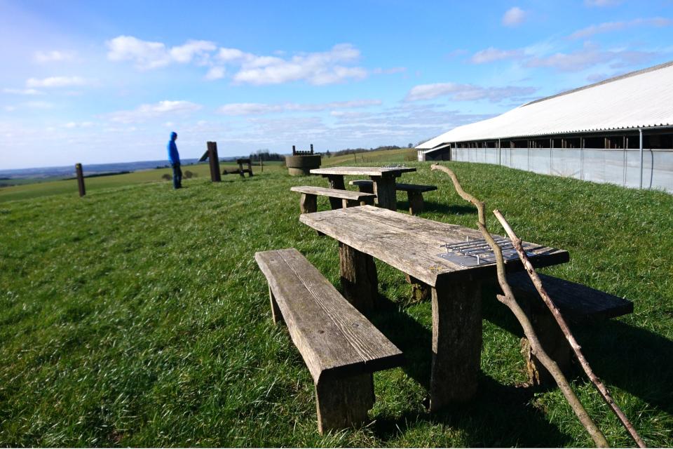 Скамейки с местом для гриля на вершине холма Мёллехой / Møllehøj, Дания