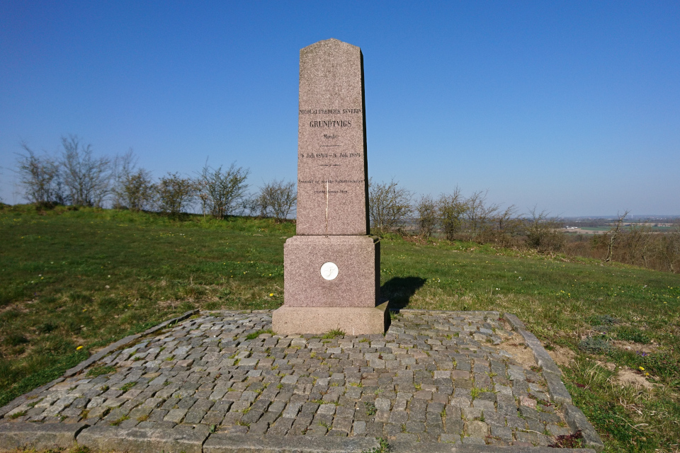 Памятник Грундтвиг. Фото 17 апр. 2019, Скамлингсбанкен (Skamlingsbanken)