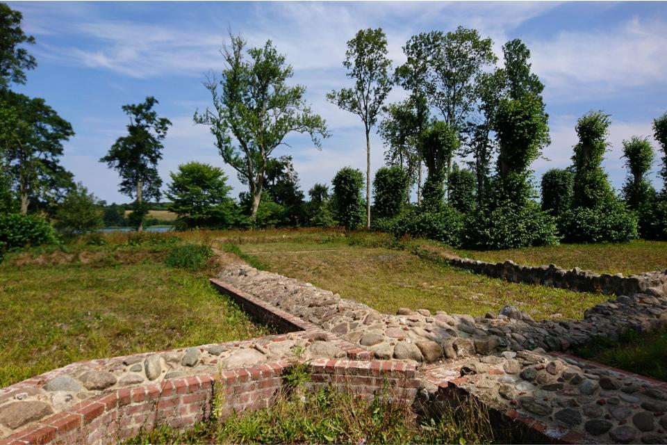 Фундамент и цоколь замка Фуссингё. Фото 20 июл. 2018, г. Рандерс / Randers, Дания