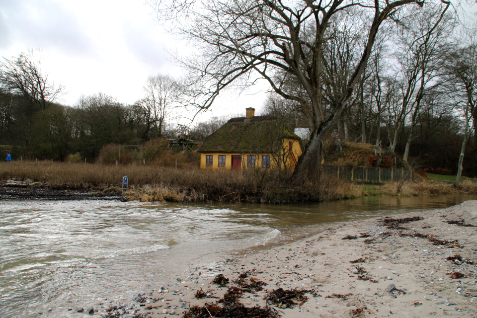 Рыбацкий дом (fiskerhus) на берегу моря возле устья реки Гибер (Giber Å)