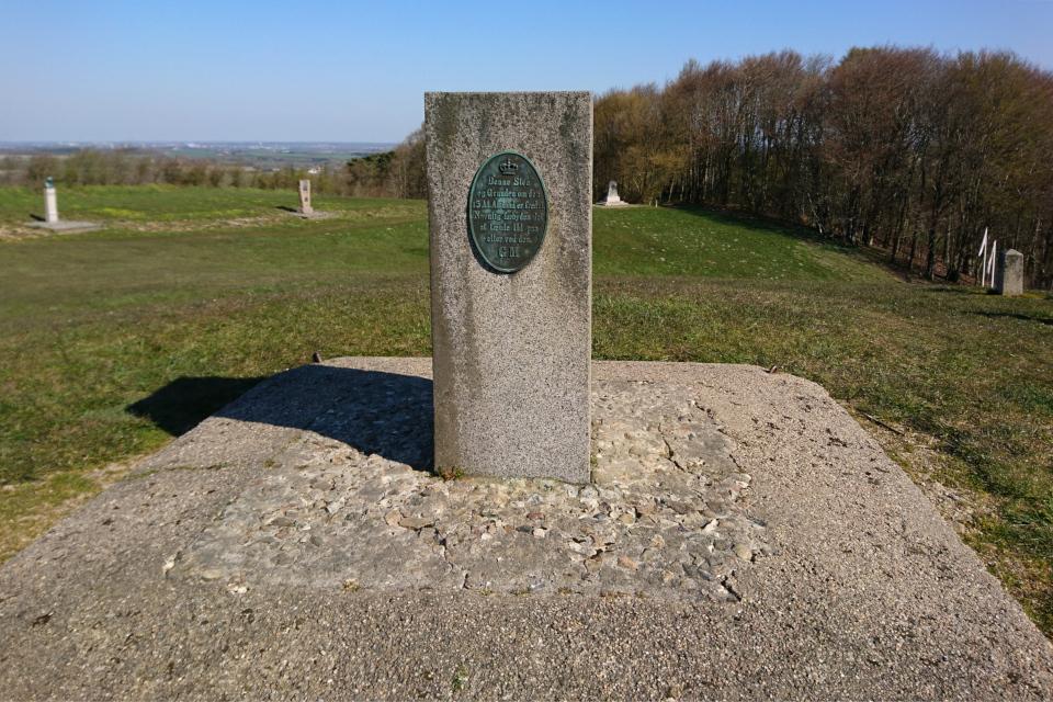 Каменный столб, на котором написано про охранный статус территории