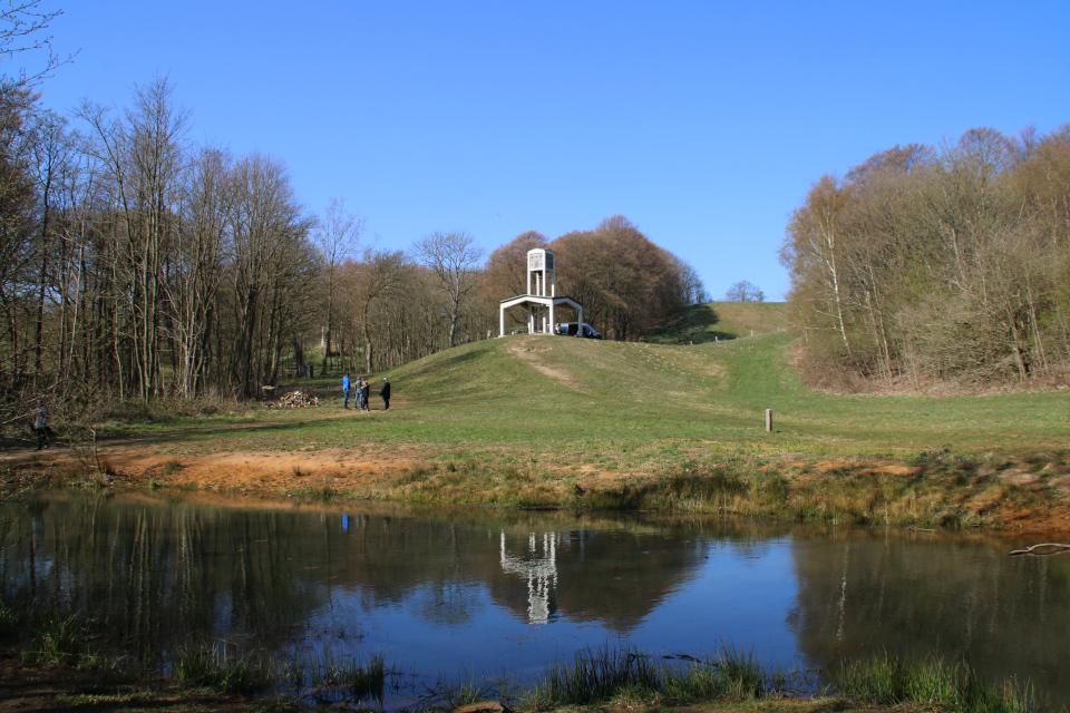 Вид на монумент Клоккастаблен (Klokkestablen) со стороны леса