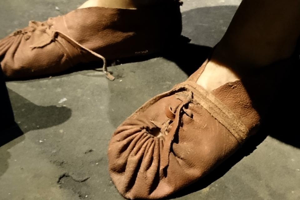 Восстановленные туфли молодого человека времена бронзового века