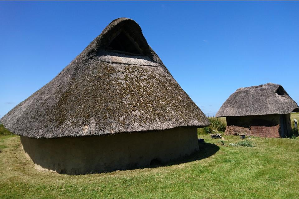 Реконструкция дома бронзового века, вид обратной стороны