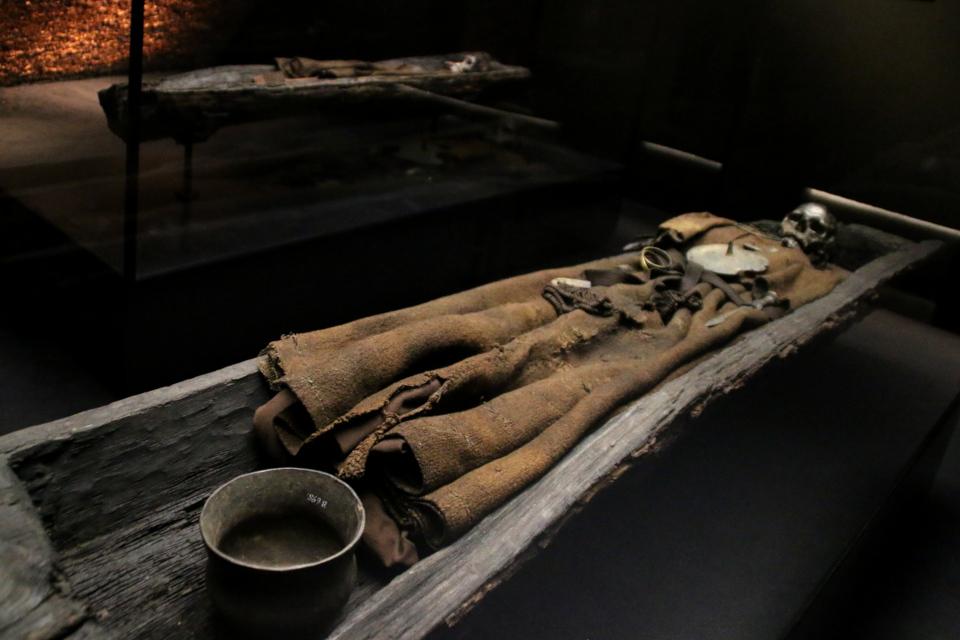 Котелок у ног усопшей. Фото 15 авг. 2019, музей Мосгорд (MOMU)