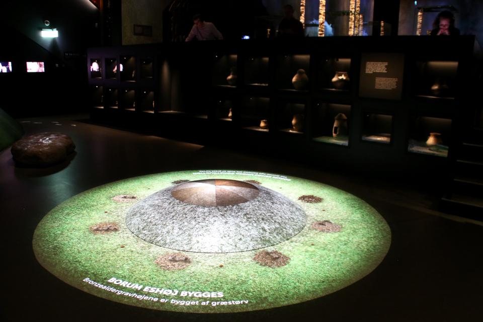 Модель создания кургана и выставка с находками урн из курганов бронзового века