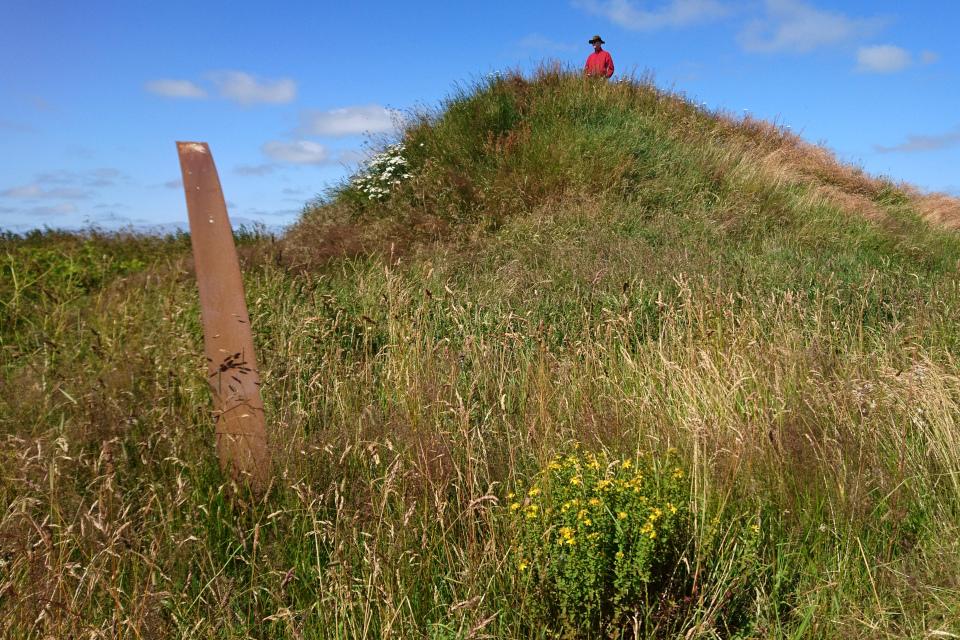 На вершине оставшейся части бывшего гигантского кургана Борум Эсхой